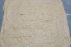Pâte à brioche étalée avec crème pâtissière