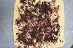 Pâte à brioche étalée avec crème pâtissière et chocolat