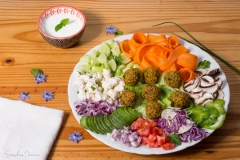Plat de falafels crudités avec sauce au yaourt menthe citron